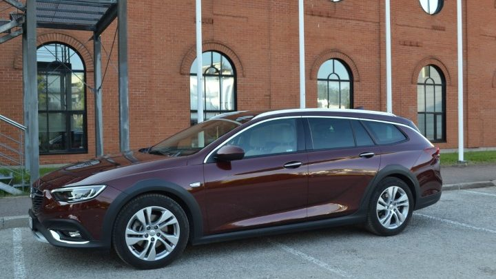 Фото Opel Insignia Country Tourer турбодизель 4x4 - вид сбоку.
